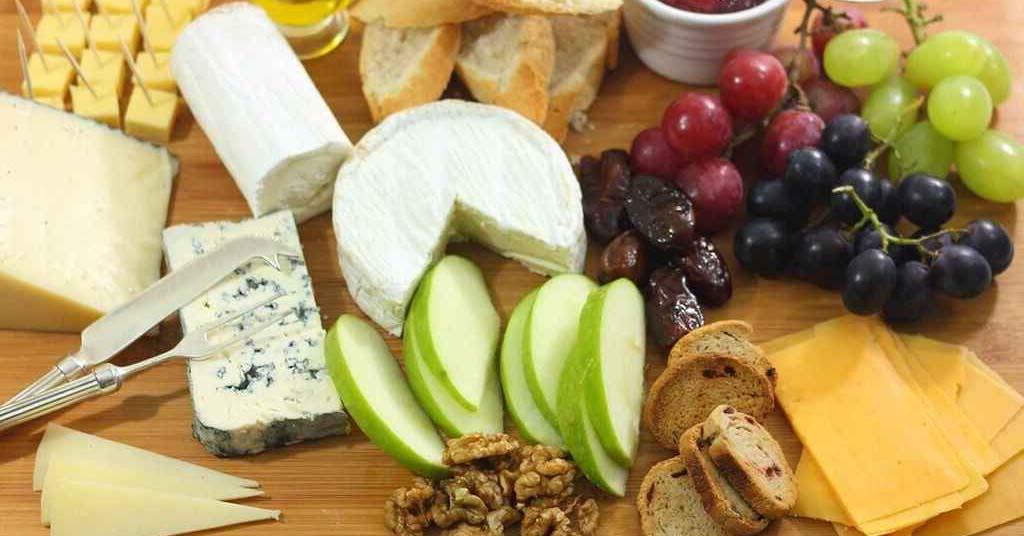 stół z serem jako prezentacja
